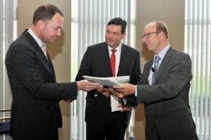 Jan Hendrikx (rechts) overhandigt zijn advies aan burgemeester Milo Schoenmaker van Gouda (voorzitter van De Nieuwe Regio). Gedeputeerde Rik Janssen (midden)heeft het advies over de Krimpenerwaard al in de hand.