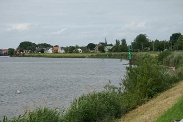 De Kattendijk, met het dorp Gouderak op de achtergrond.