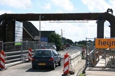 De tijdelijke brug in de Kattendijk wordt verwijderd.
