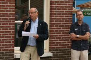 Hans Bouman was kritisch over de medewerking van de gemeente. Rechts Bernie Putters, die de naam van het gezondheidscentrum bedacht.
