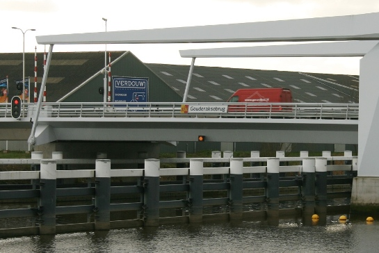Ook vanaf het water kan er geen misverstand meer bestaan over de naam van de brug.