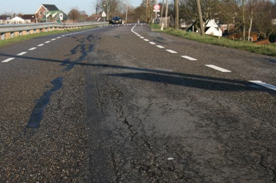 Scheuren in het asfalt