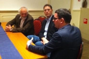 Na afloop van de hoorzitting spraken Siem Meij (PvdA Schoonhoven) en Aris Maat (PvdA Ouderkerk) na met PvdA-Kamerlid Roelof van Laar.
