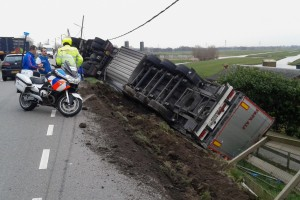 Rode fietsstroken zullen ervoor zorgen dat vrachtwagens minder snel van de weg raken, zoals deze op 7 maart van dit jaar.