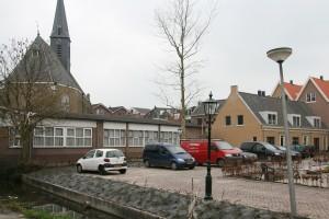 Een gebouw als het Baken in het 'nieuwe' centrum van Gouderak zorgt voor waardedaling van de woningen, vindt de Woningstichting.