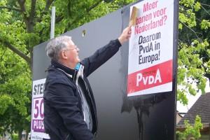 Henk van der Wal van de PvdA Krimpenerwaard aan het werk in Ouderkerk aan den IJssel.