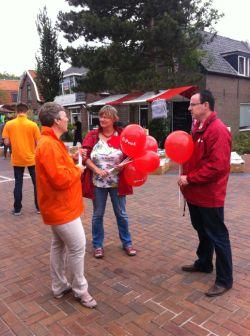 PvdA'ers in gesprek op de braderie van Ouderkerk aan den IJssel. Rechts onze lijsttrekker Rob Geleijnse.