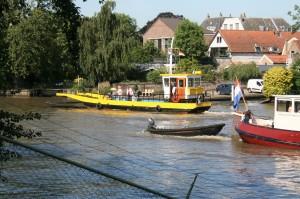 Omdat er een kleine kans is dat de pont eind 2014 niet meer vaart, moeten Gouderakse vrouwen weer naar Ouderkerk aan den IJssel.