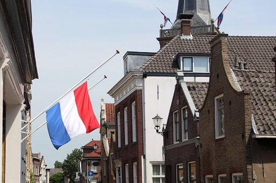 De vlag aan het gemeentehuis van Ouderkerk. Ook De Spil in Ouderkerk aan den IJssel had de vlag halfstok hangen (foto linksboven).
