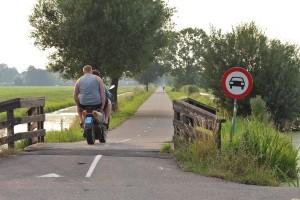Even hadden bromfietsen en motorfietsen vrij baan op de Snippejagerskade.