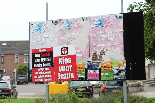 Sinds de vorige (Europese) verkiezingen zijn in Ouderkerk verkiezingsborden blijven staan, zoals deze in Gouderak. Ze worden nu misbruikt door anderen.