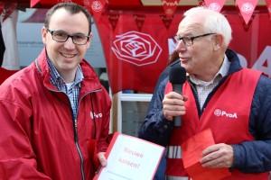 Lijsttrekker Rob Geleijnse (links) kreeg op de braderie het verkiezingsprogramma overhandigd door de nummer 5 van onze lijst, Bas Noorlander uit Stolwijk, de plaats waar de presentatie plaatsvond.